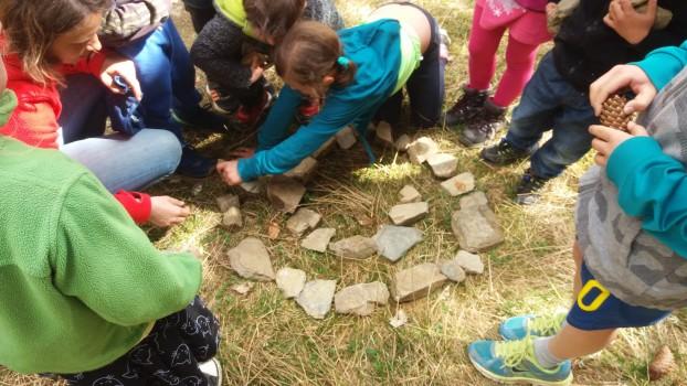 Die Kinder beim Legen einer Steinspirale
